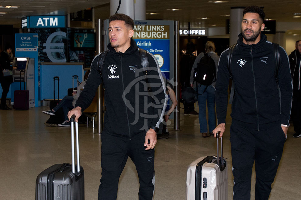060118_players_arrive_at_airport_taverni